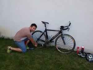 Mario Schuster repariert und reinigt sein Triathlonrennrad