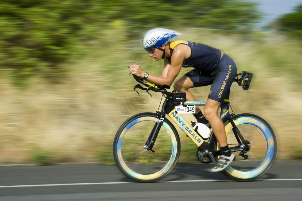 Triathlet auf Zeitfahrrad