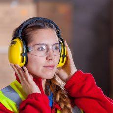 Frau mit Schutzausrüstung